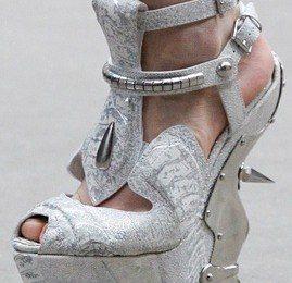 Alexander McQueen: le scarpe-scultura da amazzone metropolitana