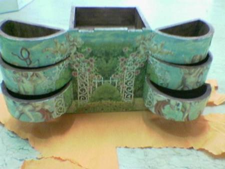 Decorazioni fai da te: guida per dipingere il tuo portagioie in legno