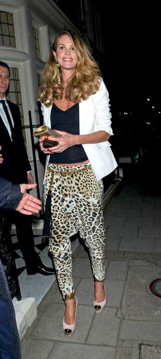 Cavalli: Elle Macpherson sceglie i suoi pantaloni animalier