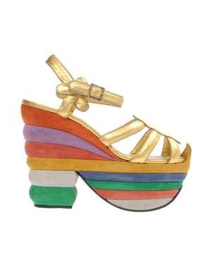 Scarpe Ferragamo: i sandali con tacco e zeppa arcobaleno