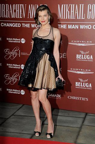 Valentino: Milla Jovovich con un abito della Red Collection