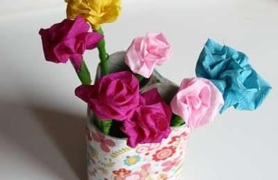 Lavoretti di Pasqua: creare dei bei fiori con la carta di giornale [FOTO]