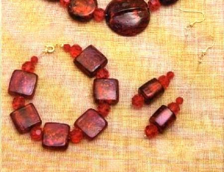 Bijoux: bracciale e orecchini color granata