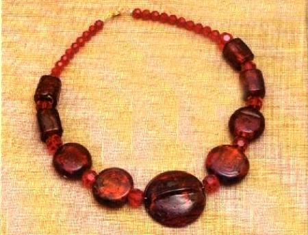 Bijoux: una collana color granata