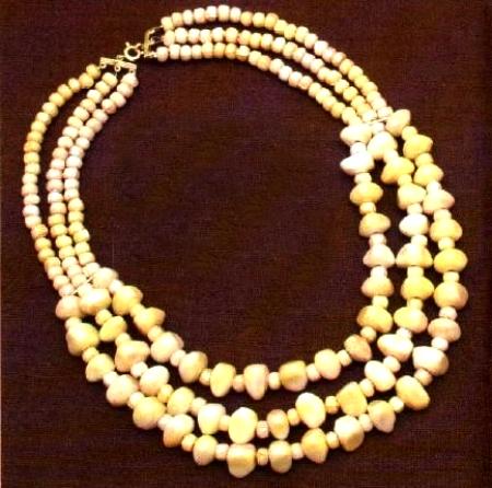 Bijoux: una collana a tre fili con perle naturali