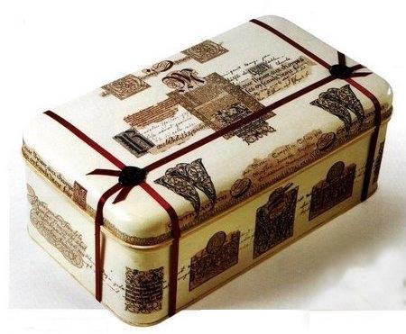 Idee decoupage: una scatola di latta con carta stampata