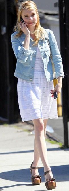 Scarpe Miu Miu: Emma Roberts sceglie le clogs primaverili