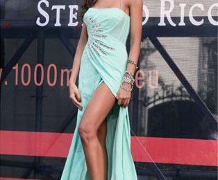 Madalina Ghenea, bellissima con un abito Blumarine