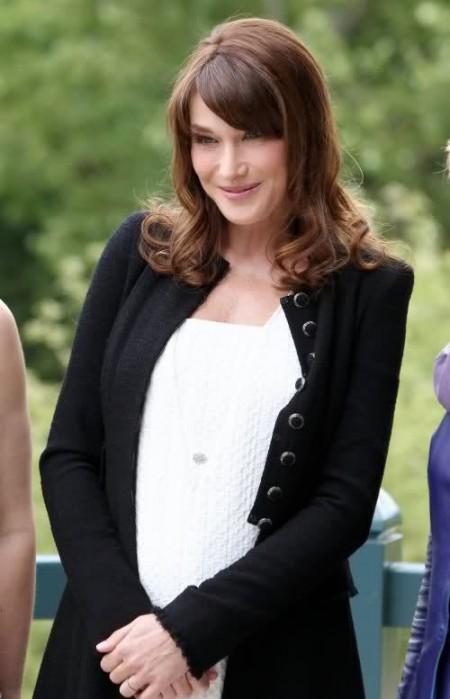 Carla Bruni veste un abito premaman Chanel al G8