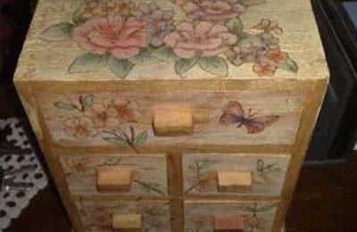 Fai da te: come rinnovare un vecchio comodino di legno