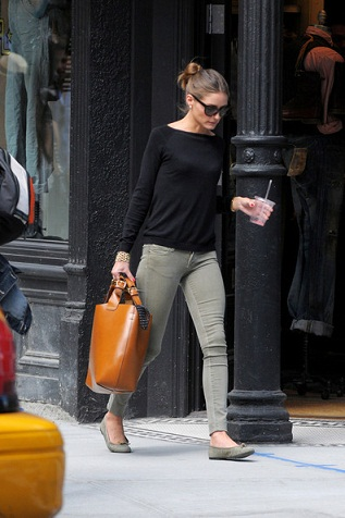 Zara: Olivia Palermo sceglie la Plaited Shopper Bag