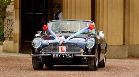 Matrimonio William e Kate: giro in Aston Martin per salutare la folla
