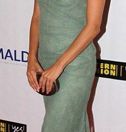 Eva Longoria bellissima con le pump Giuseppe Zanotti sotto un abito Monique Lhuillier