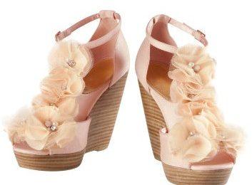 Romanticismo e toni bon ton nei sandali H&M con fiori in tulle e perline