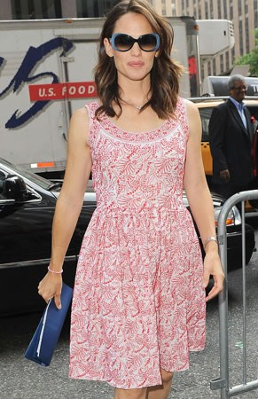 Il look estivo perfetto? Jennifer Garner con minidress Prada, favolosa!
