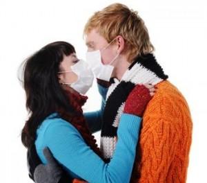"""La """"malattia del bacio"""": sintomi e come si cura"""