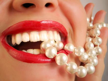 Quanto costa sbiancare i denti e i consigli per farlo da soli