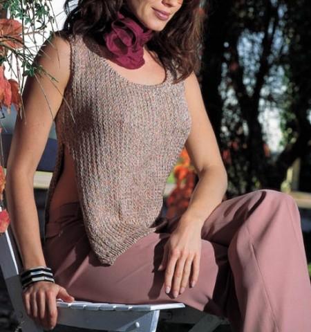 Una canotta con il lavoro a maglia