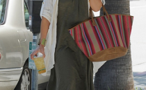 Jessica Alba con una cesta colorata di Kate Moss for Longchamp