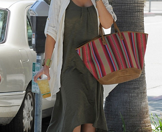 Jessica Alba con una cesta colorata di Kate Moss for Longchamp