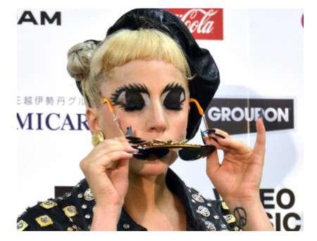 Lady Gaga capelli biondi e trucco folle per sostenere il Giappone