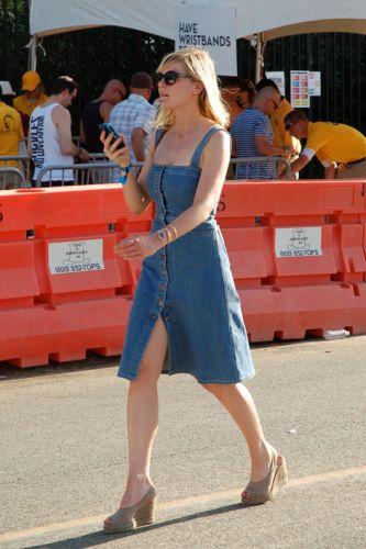 Kirsten Dunst sceglie il denim di Stella McCartney per un look sporty chic