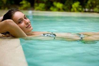 Bagni in piscina, come proteggerci da infezioni e otiti