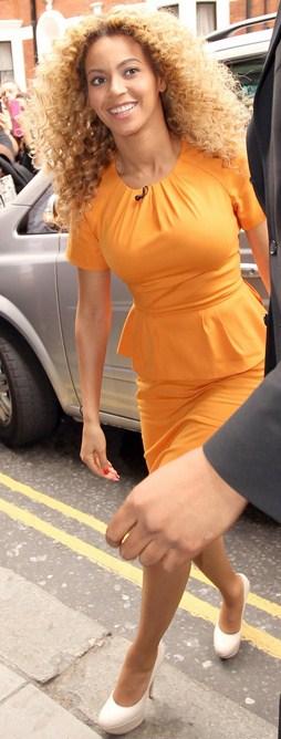 Il look estivo e radioso di Beyoncé completato da pumps Casadei
