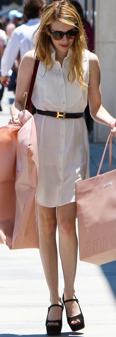 Emma Roberts è decisamente una shoe-addicted! Sandali Prada questa volta