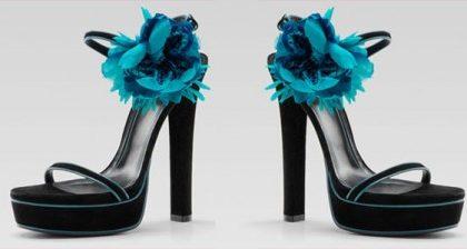 I fiori di Gucci a contrasto su sandali dal tocco futuristico