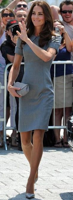 Kate Middleton sceglie un abito Catherine Walker e le pumps Dela di Tabitha Simmons