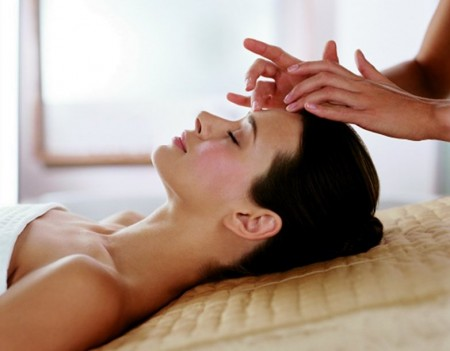 Massaggio anti age con quarzo rosa