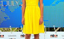 Solare e chic, labito giallo di Hilary Swank firmato Tory Burch
