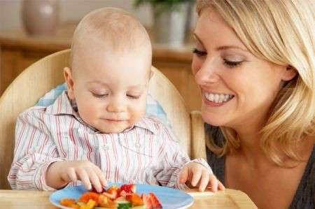 Bambini frutta svezzamento