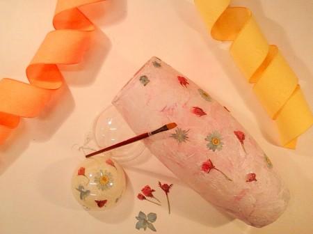 decoupage con fiori secchi su vaso di vetro