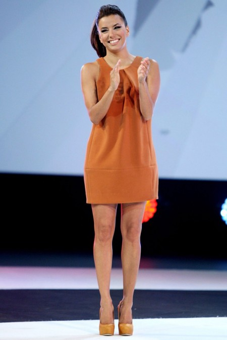 Eva Longoria solare in un minidress Asos e pumps Brian Atwood