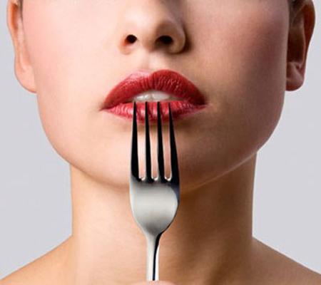 Per dimagrire bisogna mangiare con forchette molto grandi