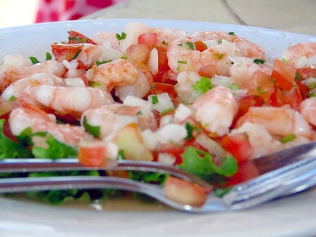 Ecco la ricetta dell'insalata light di gamberetti con zucchine