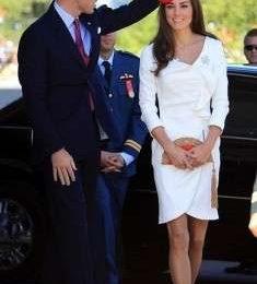 Kate Middleton in bianco Reiss con accessori rossi