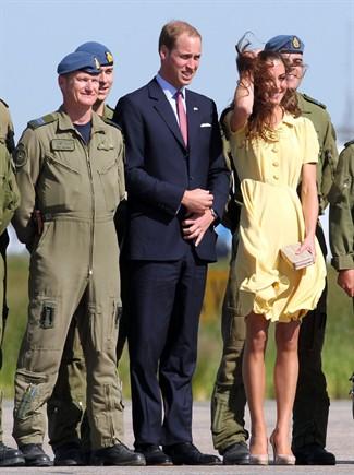 Kate Middleton con un abito giallo canarino di Jenny Packham