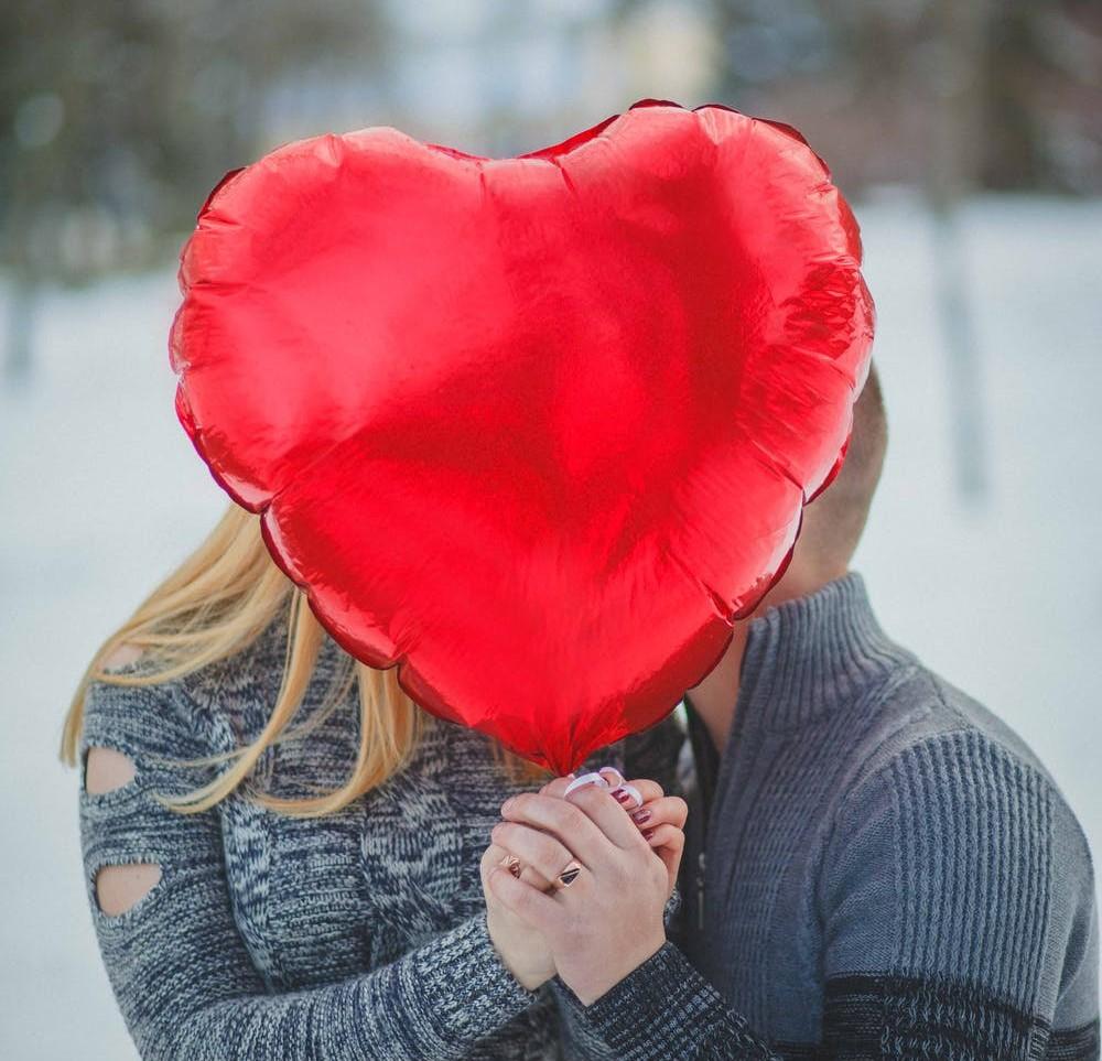 coppia che si bacia di nascosto