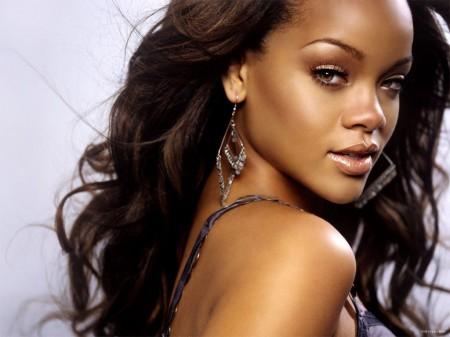 Rihanna è la nuova musa di re Giorgio: ecco il volto della prossima campagna Emporio Armani