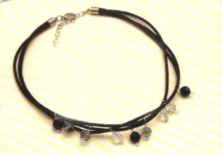 Crea un collier di cuoio e swarovski e aggiungilo ai tuoi gioielli fai da te
