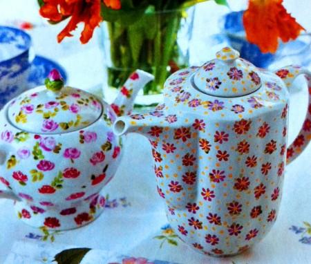 Decorazioni fai da te su ceramica per decorare il servizio da tè