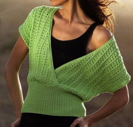 Lavori a maglia per creare una maglietta stravagante