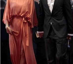 Angelina Jolie elegante e solare in Elie Saab e Jimmy Choo a Sarajevo