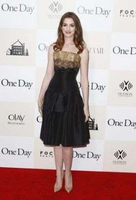 Anne Hathaway in Alexander McQueen alla premiere di One Day a New York: bellissima!