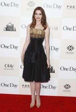 Anne Hathaway in Alexander McQueen alla premiere di One Day a New York: bellissima!
