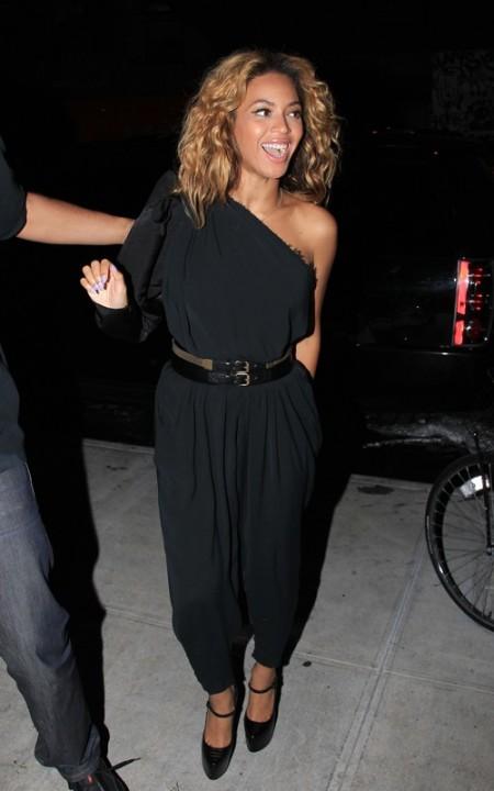 Beyoncé indossa un jumpsuit di Lanvin e le mary jane Lady Duf di Christian Louboutin