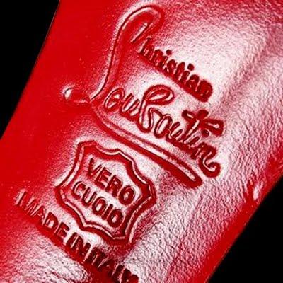 Christian Louboutin perde l'esclusiva sulla sua suola rossa: la discutibile vittoria va a YSL!